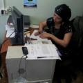 O domnisoara de la administratie ne gaseste o camera cu patru paturi si completeaza cateva pagini de date. Apoi primim de la ea 600 ruble..